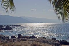 Sole di pomeriggio su un litorale dell'Oceano Pacifico immagine stock libera da diritti