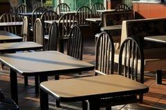 Sole di primo mattino sulle tavole e sulle cabine del ristorante Fotografia Stock Libera da Diritti