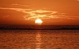 Sole di riunione dell'isola del mare di alba fotografia stock