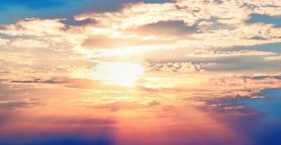Sole di rosso del cielo blu di tramonto Fotografia Stock