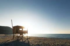 Sole di sera sulla torre del bagnino sulla spiaggia di Ostriconi in Corsica Fotografie Stock