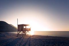 Sole di sera sulla torre del bagnino sulla spiaggia di Ostriconi in Corsica Fotografia Stock