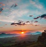 Sole di tramonto nelle montagne del Altai! Fotografia Stock
