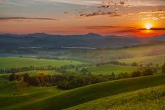 Sole di tramonto nelle montagne del Altai! Immagini Stock Libere da Diritti