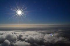 Sole direttamente sopra le nuvole fotografia stock