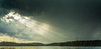 Sole e fulmine sopra il lago Fotografia Stock Libera da Diritti