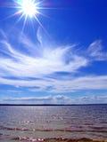 Sole e nubi sopra il mare Immagini Stock Libere da Diritti