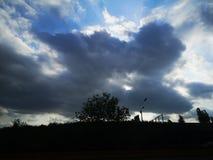 Sole e nuvole nere di estate immagini stock libere da diritti