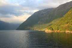 Sole ed ombre sul fiordo Fotografie Stock Libere da Diritti