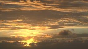 Sole giallo luminoso in cielo nuvoloso video d archivio