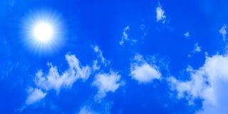 Sole luminoso in cielo blu fotografia stock