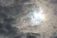 Sole luminoso drammatico confuso di rumore e di morbidezza sullo sguardo nuvoloso da parte a parte Fotografia Stock