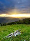 Sole luminoso e collina Immagini Stock