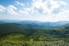 Sole luminoso Raggi di Sun in natura carpathians Le montagne Il sole immagini stock