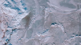 Sole luminoso sopra il mare congelato Il ghiaccio ruvido sul mare, alcuni ha andato alla deriva il ghiaccio e la neve Ladnscape d video d archivio