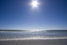 Sole luminoso sopra l'oceano Fotografie Stock Libere da Diritti