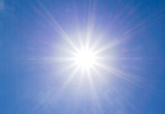 Sole luminoso sul cielo blu Fotografia Stock