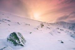 Sole nelle montagne nevose rocciose, Europa Fotografia Stock Libera da Diritti