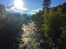 Sole sopra il fiume di Tomebamba a Cuenca Ecuador fotografie stock libere da diritti