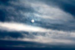 Sole su un fondo delle nuvole scure Fotografia Stock