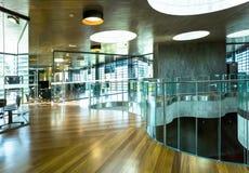 Soleado de madera de cristal interior de la oficina moderna foto de archivo