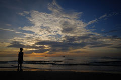 Soledad del mar, preguntándose lo que él hará imagen de archivo
