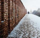 soledad El hombre está caminando a lo largo de la pared imágenes de archivo libres de regalías