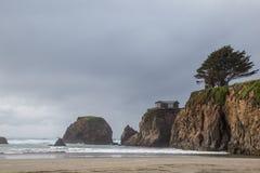 Soledad en un acantilado azotado por el viento Imagen de archivo libre de regalías