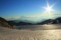 Soleil au-dessus d'un grand glacier image libre de droits