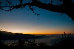 Soleil au-dessus de la montagne Photo libre de droits