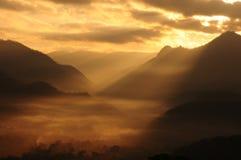 Soleil au-dessus des montagnes Photographie stock