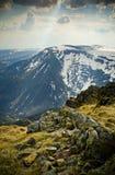 Soleil brumeux au-dessus des montagnes Image libre de droits