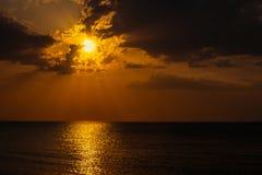 Soleil caché derrière des nuages photo stock