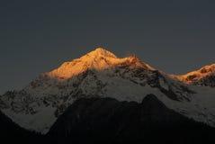 Soleil dans la montagne d'or de neige Image libre de droits