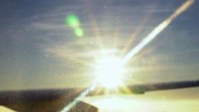 Soleil dans la perspective d'une aile d'avion Beau regard Au-dessus des nuages L'appareil-photo enlève des nuages dessous banque de vidéos