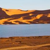 soleil dans le désert de jaune de lac du sable et de la dune du Maroc Image libre de droits