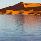 soleil dans le désert de jaune de lac du sable et de la dune du Maroc Image stock