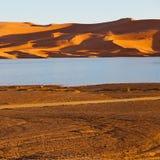 soleil dans le désert de jaune de lac du sable et de la dune du Maroc Images stock