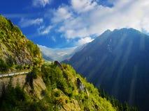 soleil de fond de papier peint de porte de ciel bleu d'arbres d'arbres de collines de montagnes Photos stock