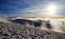 Soleil de soirée sur des montagnes Image stock
