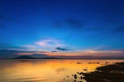 Soleil de soirée sur la rivière Image stock