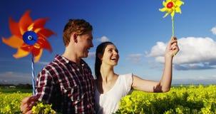 Soleil de soufflement de couples romantiques dans le domaine de moutarde clips vidéos