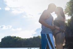 Soleil de sourire heureux de ciel bleu de couples, les beaux jeunes dans l'embrassement d'amour, d'homme et de femme Images libres de droits