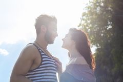 Soleil de sourire heureux de ciel bleu de couples, les beaux jeunes dans l'embrassement d'amour, d'homme et de femme Photo stock
