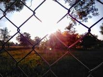 Soleil derrière la barrière Photo stock