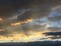 Soleil derrière les nuages Photographie stock libre de droits