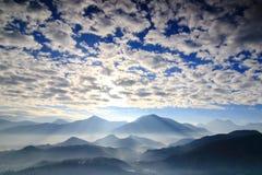 Soleil et montagnes de matin Images stock