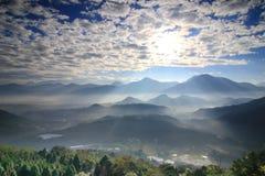 Soleil et montagnes de matin Photos libres de droits