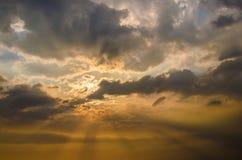 Soleil gentil en ciel avec des nuages photo libre de droits
