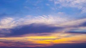 Soleil gentil en ciel avec des nuages photographie stock libre de droits